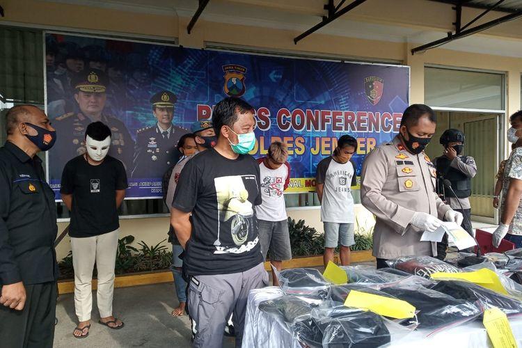 Polres Jember menetapkan lima tersangka perusakan kantor DPRD Jember saat demo menolak UU Cipta Kerja.