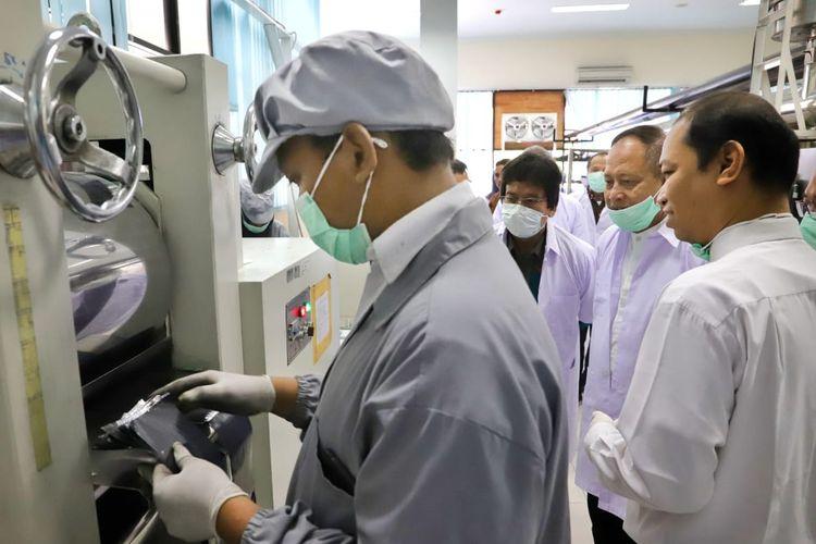 Menristekdikti saat mengunjungi Pusat Pengembangan Bisnis dan Unit Produksi Baterai Lithium Universitas Sebelas Maret (UNS), Surakarta (31/5/2019).