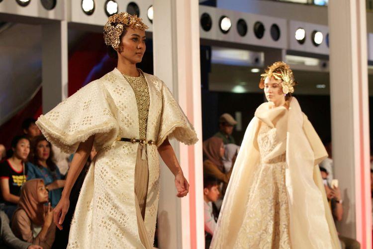 Model memeragakan busana rancangan Barli Asmara dengan tema Monarque Metallique saat Fashion Nation 2018 di Senayan City, Jakarta, Senin (16/4/2018). Peragaan ini menampilkan kekuatan wanita melalui balutan keindahan mode yang terinspirasi dari warna-warna Dulux Ambiance Special Effect.