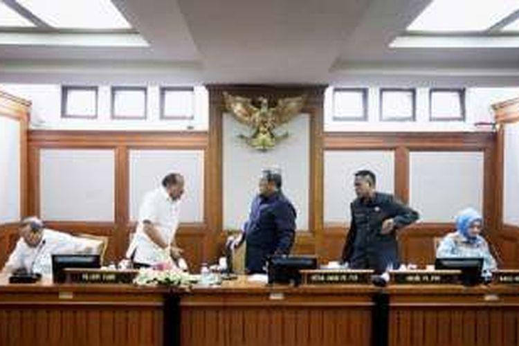Ketua Umum PB PON Jawa Barat Ahmad Heryawan (tengah) bersama Kepala Bidang Kesehatan PON Jabar Alma Luchyati (kanan), Sekretaris Umum PB PON Ahmad Hadadi (kedua dari kanan), Wakil Ketua Umum KONI K Inugroho (kedua dari kiri), dan mantan Koordinator Result Management LADI 2012-2015 Cahyo Adi (kiri) saat pengumuman kasus doping dalam PON-Peparnas Jabar 2016 di Gedung Sate, Bandung, Senin (9/1).