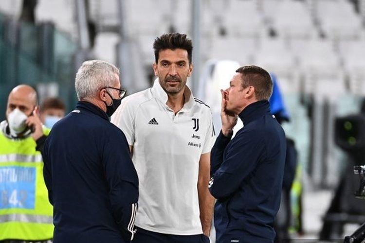 Kiper Gianluigi Buffon (tengah) berada di pinggir lapangan sebelum laga Juventus vs Napoli pada pekan kedua Serie A 2020-2021.