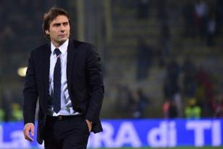 Salah satu ekspresi dari pelatih tim nasional Italia, Antonio Conte, pada laga persahabatan kontra Rumania di Stadion Renato Dall'Ara, Selasa (17/11/2015) waktu setempat.