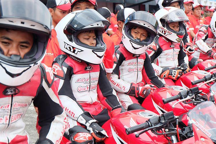 Sejumlah pebalap muda dari Astra Honda Racing School (AHRS) tengah bersiap di atas motornya sebelum memulai balapan di kelas 150 cc.