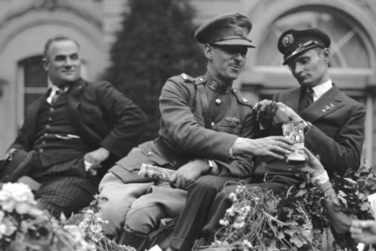 James Fitzmaurice (tengah) dan Ehrenfried Gunther (kanan)