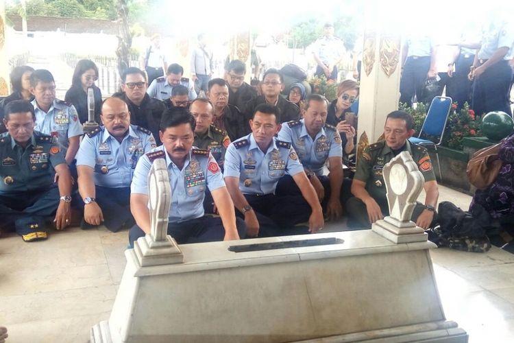 Panglima TNI Hadi Tjahjanto saat berziarah ke makam Panglima Besar Jenderal Sudirman di Taman Makam Pahlawan (TMP) Kusumanegara Yogyakarta