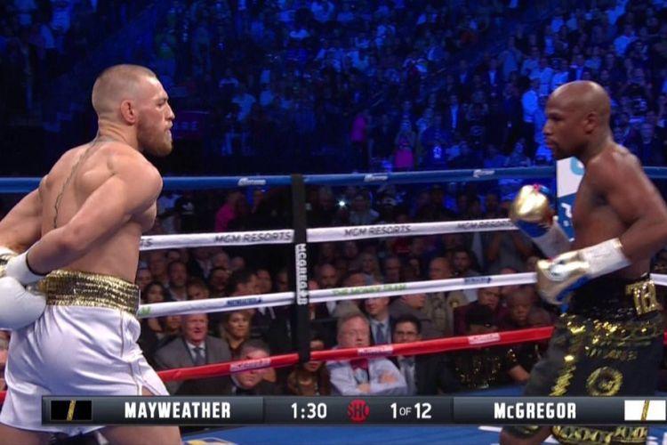 Conor McGregor tampak memanas-manasi Floyd Mayweather saat keduanya bertarung di Las Vegas, Sabtu (26/8/2017).