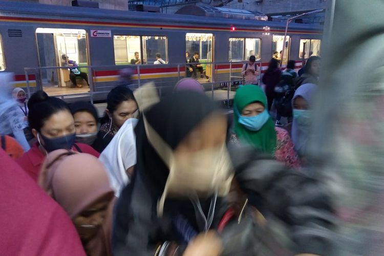 Penumpang berebut masuk ke dalam KRL jurusan Jakarta Kota di Stasiun Manggarai, Kamis (13/2/2020).