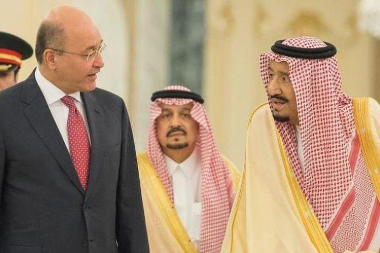 Presiden Irak Barham Saleh (kiri) saat bertemu Raja Arab Saudi Salman bin Abdulaziz (kanan) di Riyadh, Minggu (18/11/2018).