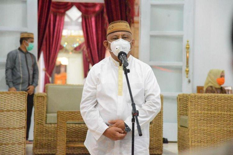 Gubernur Gorontalo Rusli Habibie saat memberikan keterangan pers di Rumah Jabatan Gubernur,