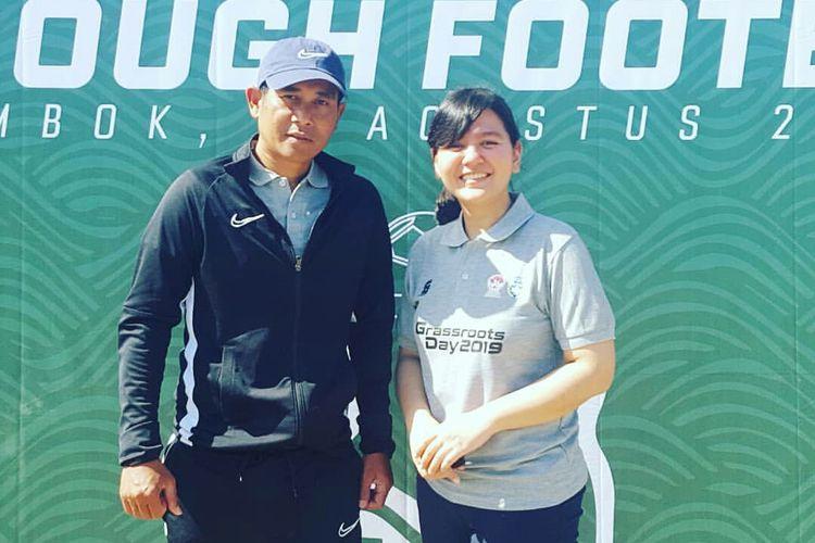 Mantan pelatih Arema FC, Joko Susilo foto bersama Sekjen PSSI Ratu Tisha.