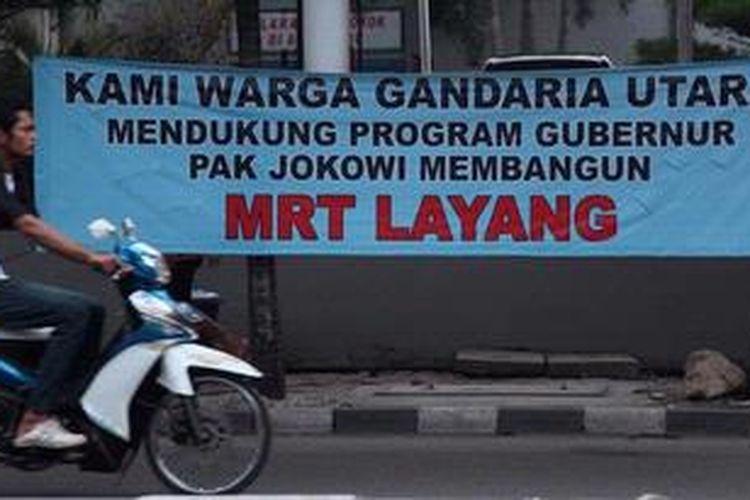 Spanduk mendukung pembangunan MRT Layang terpampang di pinggir Jalan Fatmawati, Jakarta Selatan, Minggu (5/5/2013). Pemerintah DKI Jakarta harus bersedia berdialog dengan warga yang menolak MRT Layang sehingga proyek transportasi massal itu didukung 100 persen warganya.