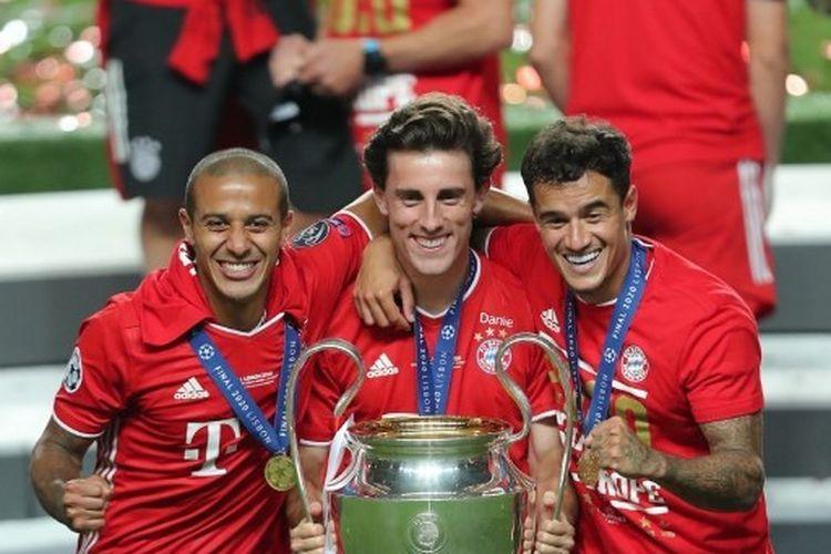 Thiago Alcantara, Alvaro Odrizola, dan Philippe Coutinho (dari kiri ke kanan), merayakan trofi juara Liga Champions yang diraih Bayern Muenchen seusai mengalahkan PSG pada laga final, 23 Agustus 2020.