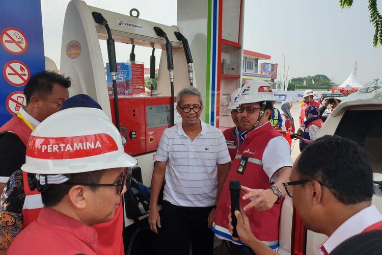 Direktur Pemasaran Retail PT Pertamina, Masud Khamid berbincang kepada customer di SPBU KM 57 Cikampek, Selasa (24/12/2019).