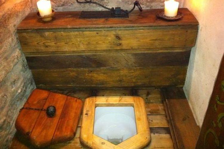 Penampakan toilet pada masa abad pertengahan.