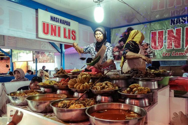 Ilustrasi penjual nasi kapau di Bukittinggi.