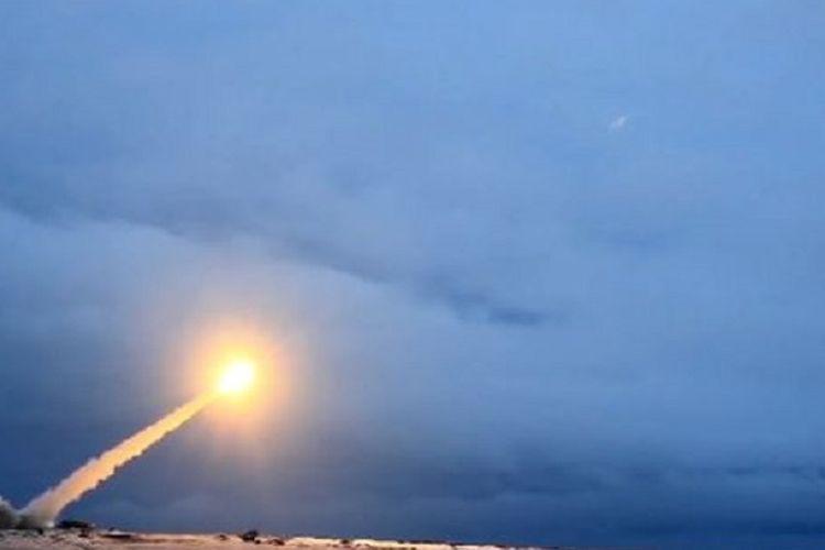 Dalam gambar terlihat rudal penjelajah Burevestnik diluncurkan ke udara. Rudal itu diklaim bisa menjangkau seluruh target di dunia.