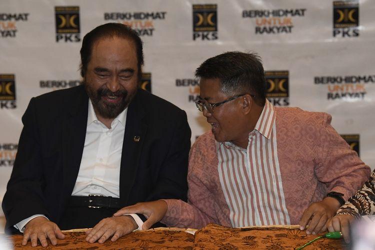 Ketua Umum Partai Nasional Demokrat (Nasdem) Surya Paloh (kiri) berbincang dengan Presiden Partai Keadilan Sejahtera (PKS) Sohibul Iman usai menyampaikan hasil pertemuan tertutup kedua partai di DPP PKS, Jakarta, Rabu (30/10/2019). Pertemuan tersebut dalam rangka silaturahmi kebangsaan dan menjajaki kesamaan pandangan tentang kehidupan bermasyarakat berbangsa dan bernegara. ANTARA FOTO/Puspa Perwitasari/foc.