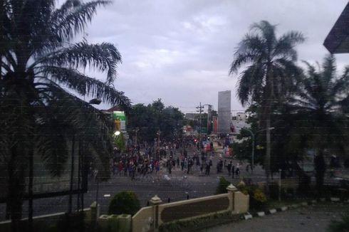 Demo Tolak UU Cipta Kerja di Jember Ricuh, Kantor DPRD Dilempari Petasan dan Batu