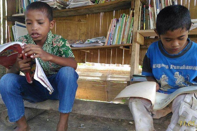 Anak-anak usia sekolah dasar di Kampung Pupung, Desa Rondo Woing, Kecamatan Ranamese, Kab. Manggarai Timur, Flores, NTT 2017, sedang membaca buku di Rumah Baca Cengka Ciko. Foto ini diterima KOMPAS.com, Selasa, (10/9/2019). (ARSI/RUMAH BACA CENGKA CIKO/KOMPAS.com/MARKUS MAKUR)