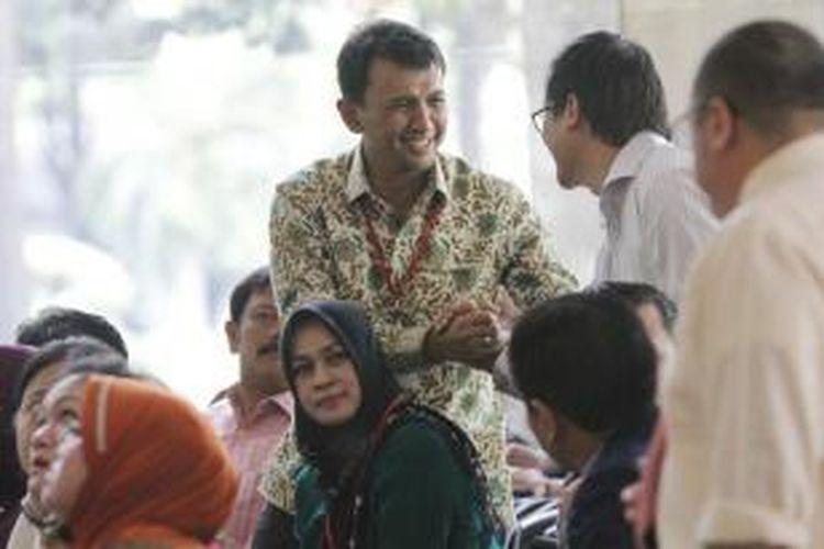 Gubernur Sumatera Utara Gatot Pujo Nugroho bersama istrinya, Evy Susanti, tiba di kantor KPK, Jakarta Selatan, Senin (27/7/2015). Gatot dan Evy diperiksa sebagai saksi dalam kasus dugaan suap kepada hakim dan panitera Pengadilan Tata Usaha Negara Medan (PTUN).