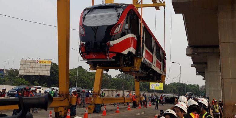 Kepala trainset LRT ketika diangkat di Stasiun Harjamukti, Cibubur, untuk dibawa ke Depo LRT Cibubur, Minggu (13/10/2019).