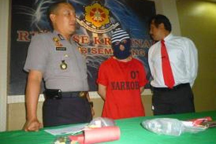 Suryadi alias Andre (33) tahun diringkus di kantornya baru-baru ini karena mengonsumsi sabu.