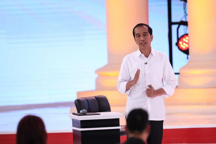 Calon Presiden Nomor Urut 1, Joko Widodo menjelaskan visi misinya saat Debat Kedua Calon Presiden di Hotel Sultan, Jakarta, Minggu (17/2/2019).