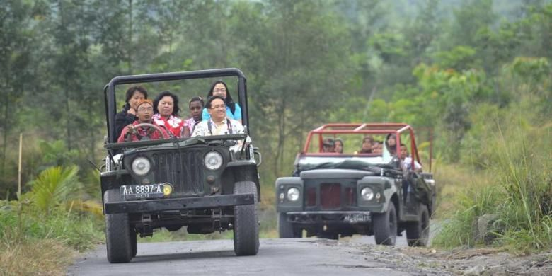 Wisatawan menyusuri lereng Merapi di Dusun Petung, Desa Umbulharjo, Cangkringan, Sleman, DI Yogyakarta, dengan menggunakan kendaraan jip wisata yang disewakan dengan tarif berkisar Rp 250.000 per perjalanan, Selasa (10/7/2012). Berbagai paket wisata terus dikembangkan di kawasan tersebut untuk membantu membangkitkan perekonomian warga yang terkena dampak erupsi Merapi.