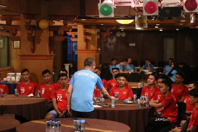 Direktur Teknik timnas futsal Indonesia, Justinus Lhaksana, tengah memberikan pengarahan kepada para pemain.