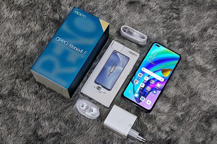 Isi boks penjualan Oppo Reno4 F versi Indonesia. Di boks penjualannya yang mirip dengan Oppo Reno4 dan Reno4 Pro, pembeli Reno4 F mendapatkan berbagai aksesoris penunjang ponsel, di antaranya kabel data USB tipe C, headphone, soft case, dan charging head dengan output maksimal 18 watt. Selain itu, Oppo memuat sejumlah dokumen pelengkap seperti kartu garansi dan manual.