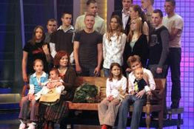 Annegret Roenigk (duduk di barisan depan nomor dua dari kiri) ketika berusia 55 tahun, saat berpose bersama anak-anak dan cucunya di Cologne, Jerman, sebagai tamu di acara RTL pada tanggal 11 Desember 2005.