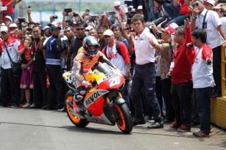 Pebalap Rpsol Honda asal Spanyol, Dani Pedrosa, memacu motornya di Sirkuit Sentul, Bogor, Jawa Barat, Selasa (21/10/2014). Dani Pedrosa dan rekan satu timnya, Marc Marquez, datang ke Jakarta untuk bertemu penggemarnya.