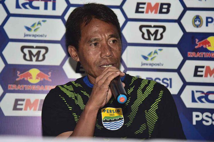 Asisten Pelatih Persib Bandung Budiman saat menghadiri sesi konferensi pers jelang laga kontra Borneo FC di Graha Persib, Jalan Sulanjana, Jumat (3/5/2019).