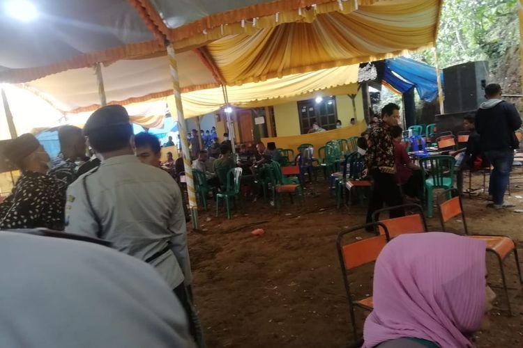 BUBARKAN--Aparat Polsek Ngrayun membubarkan acara musik elekton yang digelar OL (41), seorang warga diDukuh Manggis, Desa Selur , Kecamatam Ngrayun, Kabupaten Ponorogo, Jawa Timur, Rabu (15/09/2021).
