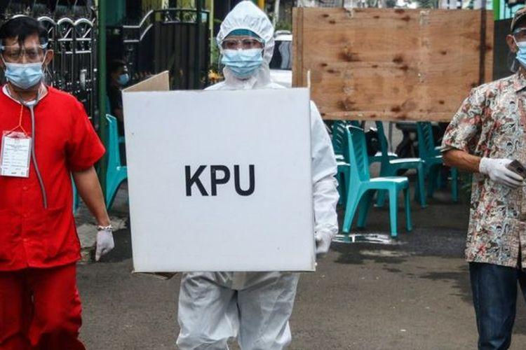 Petugas KPPS TPS 68 membawa kotak suara untuk mengunjungi pemilih pasien COVID-19 dengan status Orang Tanpa Gejala (OTG) di Pondok Maharta, Tangerang Selatan, Banten, Rabu (9/12)