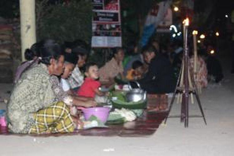 Tumpeng Sewu merupakan salah satu tradisi unik Suku Using di Desa Kemiren, Kecamatan Glagah, Kabupaten Banyuwangi, Jawa Timur.