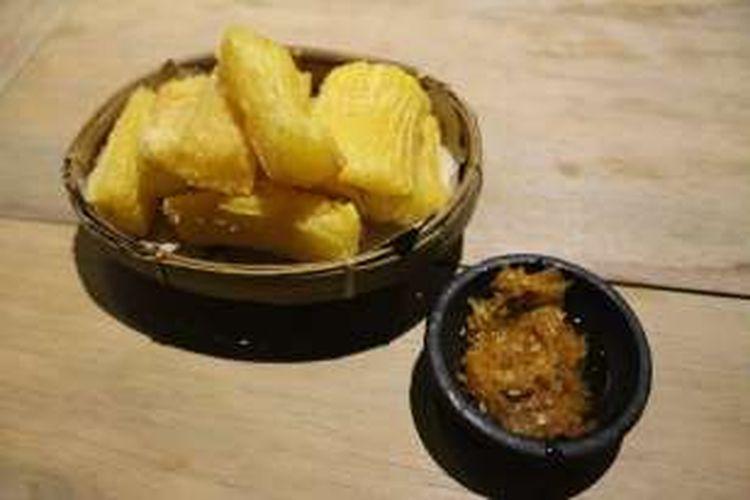 Rekomendasi kudapan favorit pengunjung adalah singkong goreng yang dipadukan dengan sambal bawang pedas seharga Rp 8.000.jpg