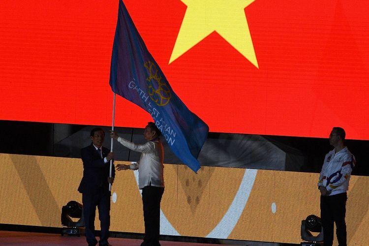 Komite Olimpide Filipina menyerahkan bendera SEA Games kepada perwakilan Vietnam pada uoacara penutupan SEA Games 2019.