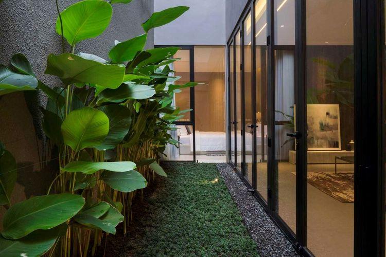 Taman samping dengan tanaman-tanaman hijau nan segar karya Simple Projects Architecture