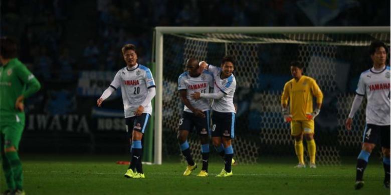 Gelandang serang Jubilo Iwata, Adailton (2 dari kiri), mendapat sambutan dari rekan-rekannya usai mencetak gol ke gawang Tokyo Verdy pada laga J2 League di Stadion Ajinomoto, Minggu (1/11/2015).