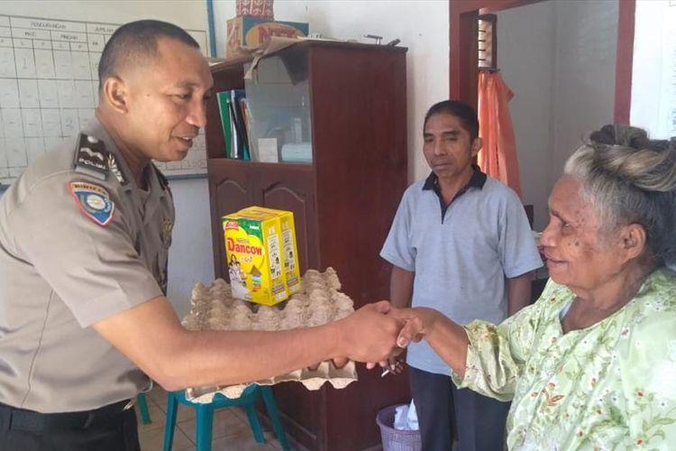 Anggota Polres Sikka memberikan sembako kepada warga Kecamaatan Bola, Kabupaten Sikka, Flores, Senin (1/7/2019).