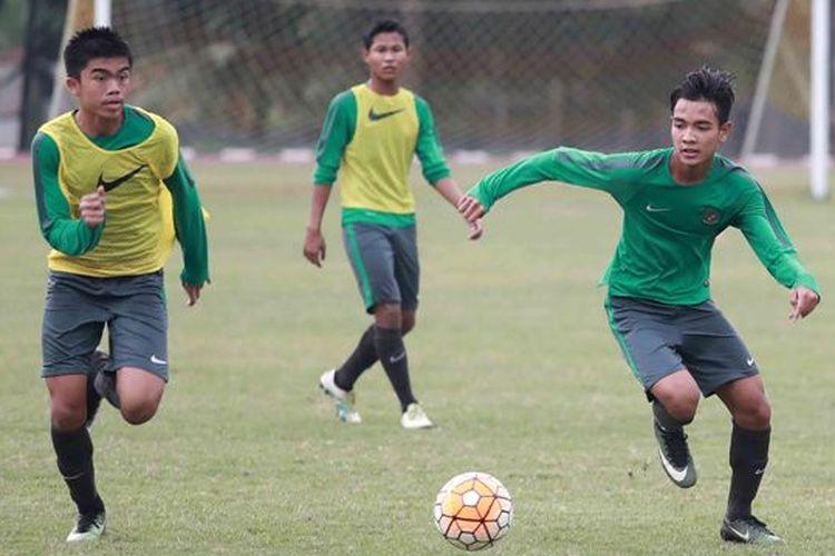 Pemain tim nasional U-16 Indonesia, ,Muhammad Uchida (kiri), berlatih bersama tim di Stadion Atang Sutresna, Cijantung, Rabu (21/6/2017).