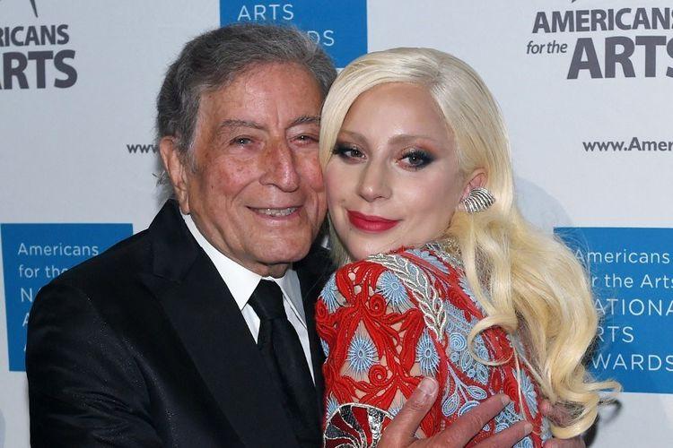Lady Gaga berpose dengan Tony Bennett menghadiri acara tahunan American for the Arts di Cipriani, New York, pada 19 Oktober 2015.