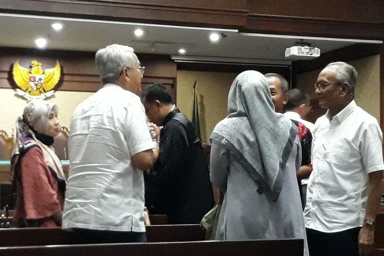Dokter Mohammad Toyibi dan dokter Joko Sanyoto di Pengadilan Tindak Pidana Korupsi Jakarta, Senin (9/4/2018).