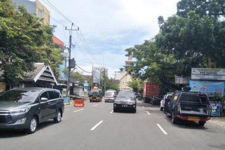 Suasana di depan Gereja Katedral Makassar pasca-peristiwa diduga bom bunuh diri, Minggu (28/3/2021) pagi. Kawasan di sekitar gereja di Jl AR Kartin Makassar dipasangi garis polisi dan dijaga ketat.