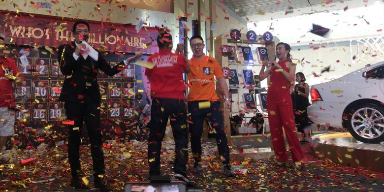 Turis asal Indonesia, (kiri) Oddie Rehatta (47) memenangi undian uang tunai sebesar satu juta dollar Singapura atau sekitar Rp 10 miliar dan (kanan) Zhang Zuchao turis asal China memenangi hadiah mobil Volvo S90 dalam acara Grand Final Be A Changi Millionaire 2017 yang diadakan oleh Changi Airport Group, Singapura, Minggu (21/1/2018).