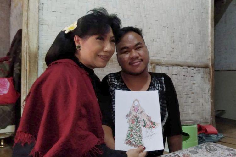 Desainer ternama, Anne Avantie mengunjungi Rahmat Hidayat di Kampung Ciawitali RT 02 RW 06 Desa Sindangkerta, Kecamatan Sindangkerta, Kabupaten Bandung Barat, Selasa (27/11/2018) kemarin.