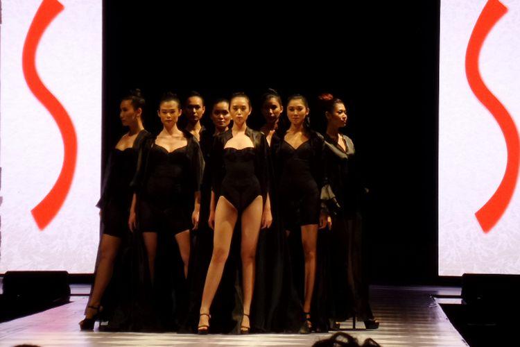 Sejumlah model memamerkan berbagai jenis pakaian dalam Sabrina dalam sesi peragaan busana di hari ulang tahun ke-20 Sabrina, Selasa (31/7/2018) malam.