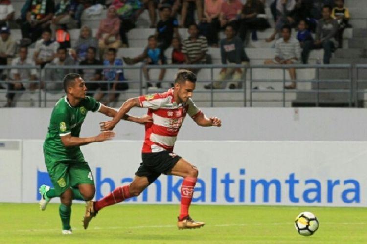 Babak penyisihan Piala Gubernur Kaltim grup B, Madura United melawan Persebaya Surabaya yang berlangsung di Stadion Batakan Balikpapan, Kalimantan Timur Sabtu malam (24/02/2018).