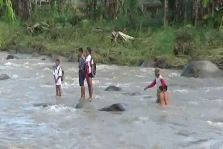 Siswa di Polewali Mandar sulawesi barat nekad menantang arus sungai yang deras sambil telanjang dada demi mengikuti ujian semeters tepat waktu.
